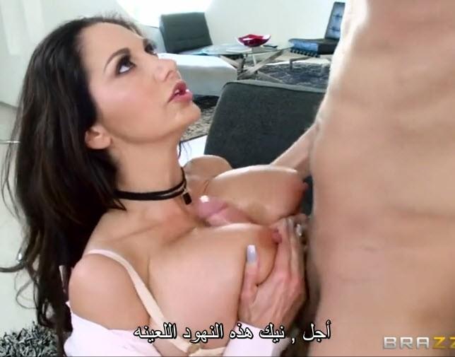 مترجم أمي الممحونة تفتح صدرها لصديقي وتهيجه عشان ينيكها