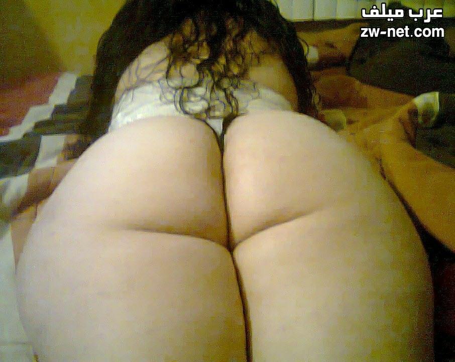 نايمة على بطني ورافعة طيزي عشان أخويا يهيج وينيكني