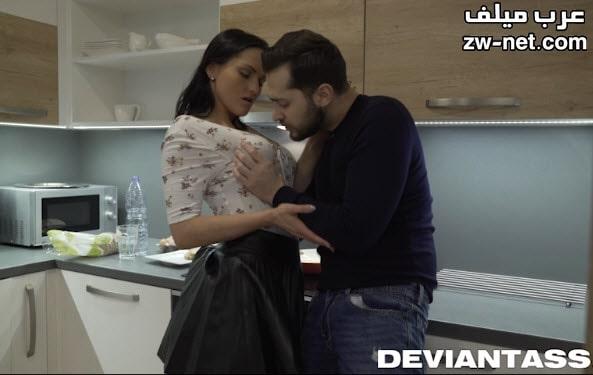 بندر المنحرف يتحرش بالفتاة المثيرة في المطبخ